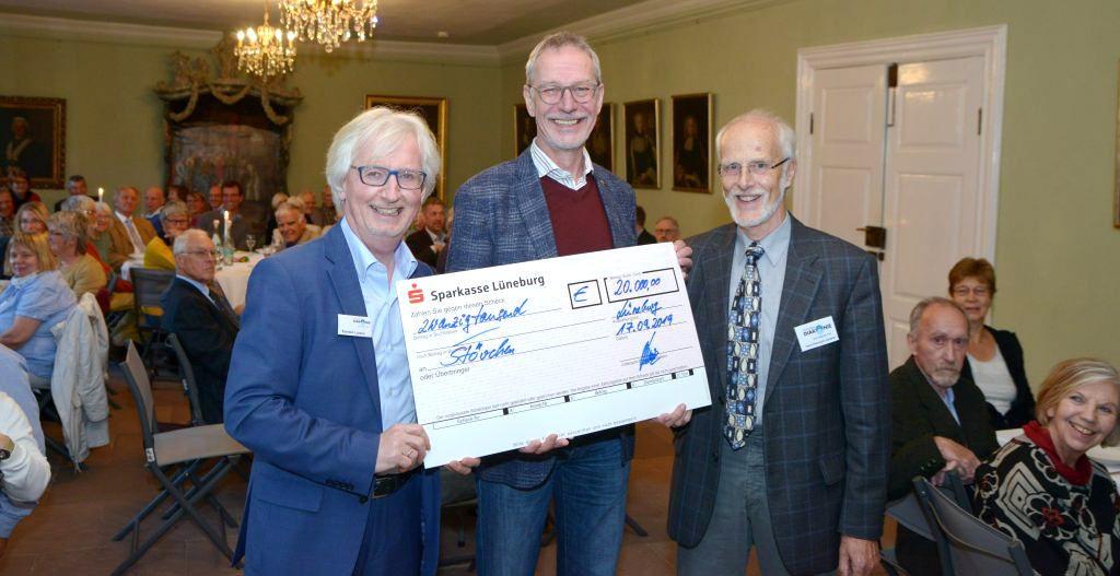 Vorstandvorsitzender Hans Herrman Jantzen überreicht zusammen mit seinem Vorstandskollegen Karsten Lorenz einen Scheck über 20 000 Euro an Michael Elsner, den Vorsitzenden des Vereins Lebensraum Diakonie